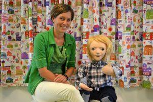 Claire Huijnen met robot KASPAR